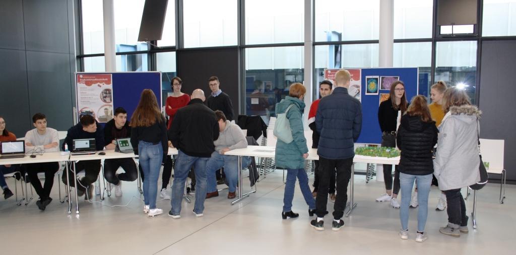 Schüler präsentieren Ihre Projekte dem Publikum