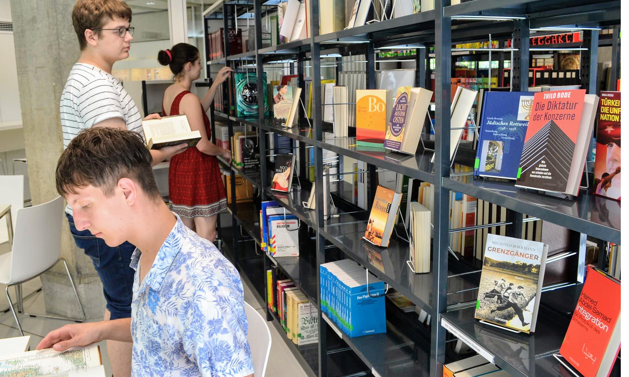 Zwei Schüler in der Bibliothek