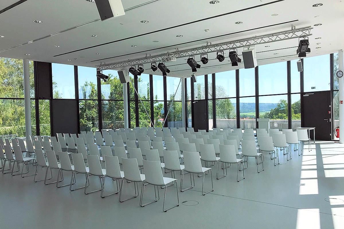 Ansicht der neuen Aula, großer Saal mit Bestuhlung