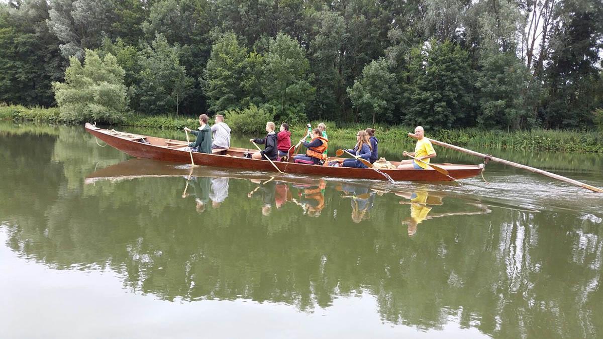 Stocherkahn mit Schülergruppe vom technischen Gymnasium der Erich-Hauser-Gewerbeschule auf der Donau.