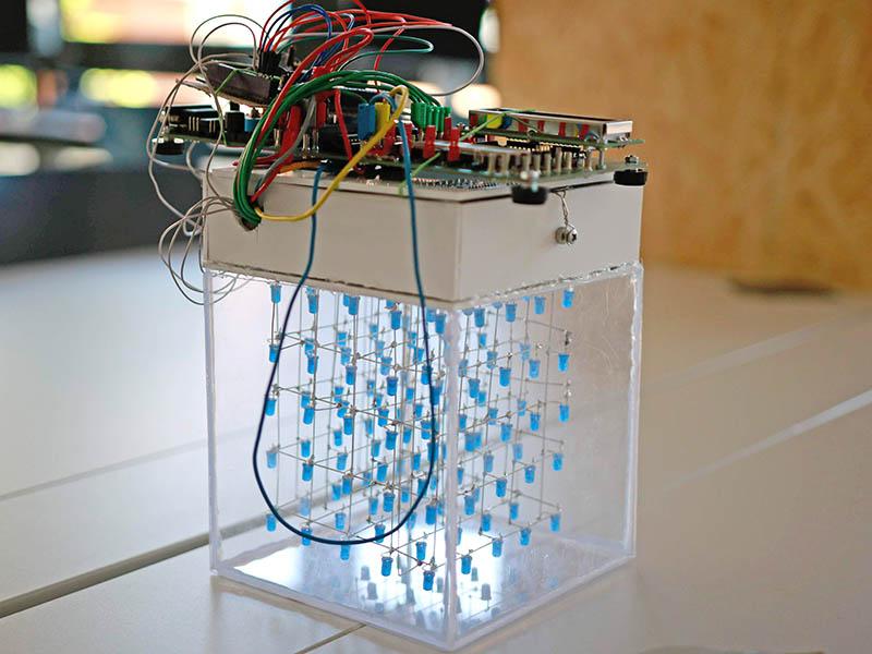 Ein Würfel aus Plexiglas mit darin hängenden LEDs.